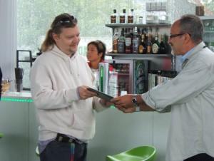 Környezetvédelmi miniszter átadja a szervezőnek a Zöld díjat